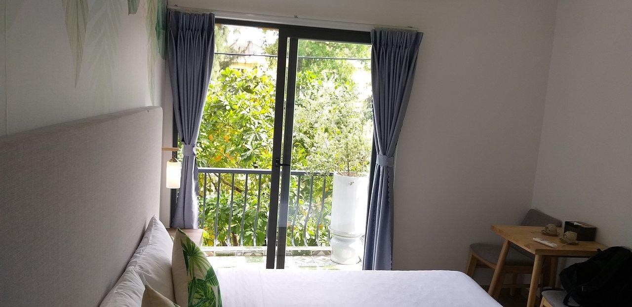 Khách sạn Green Oasis Tuy Hòa có ban công ngắm sân vườn