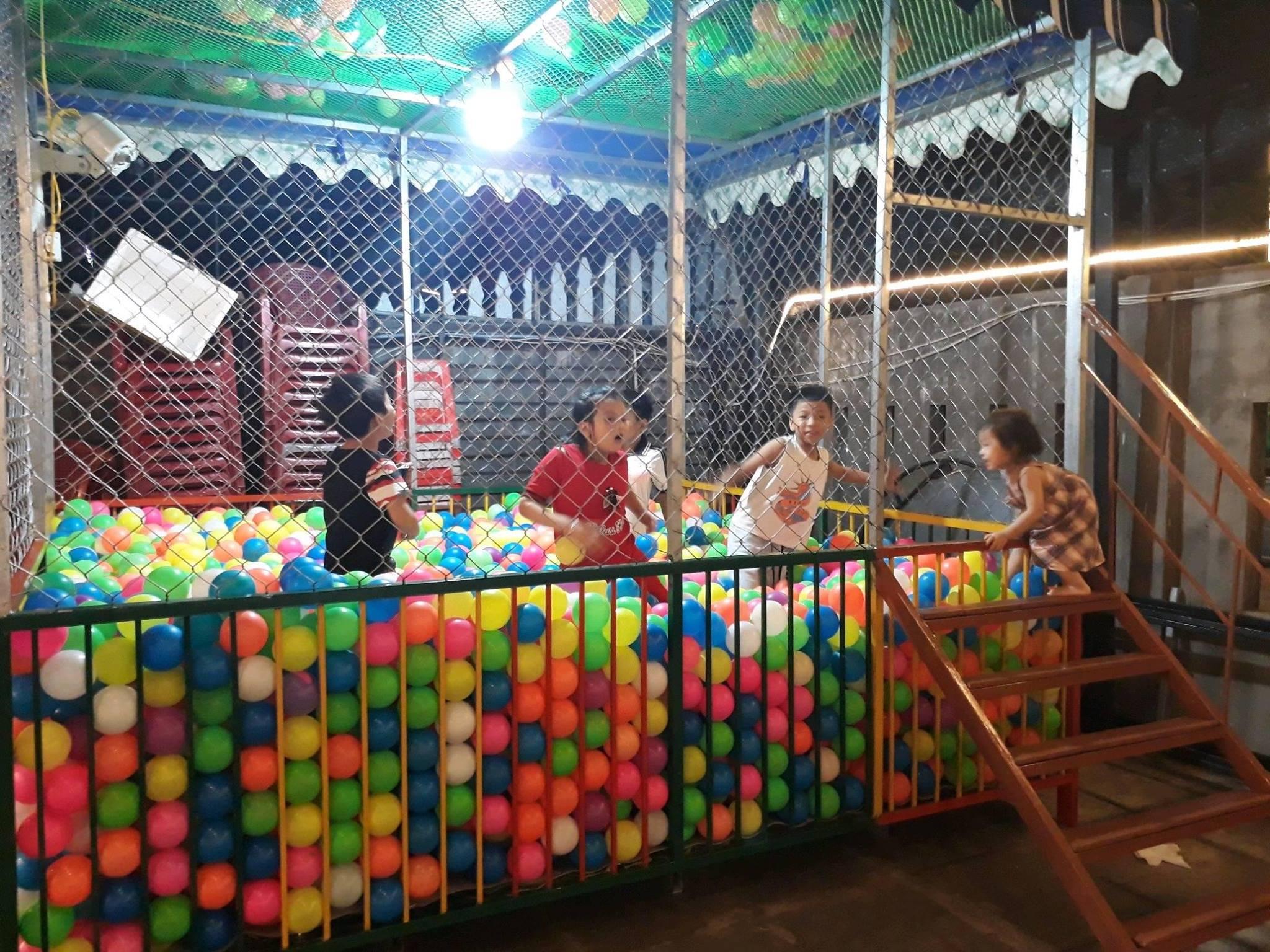 Nhà banh cho trẻ em vui chơi tại Nhà hàng Năm Ánh Phú Yên