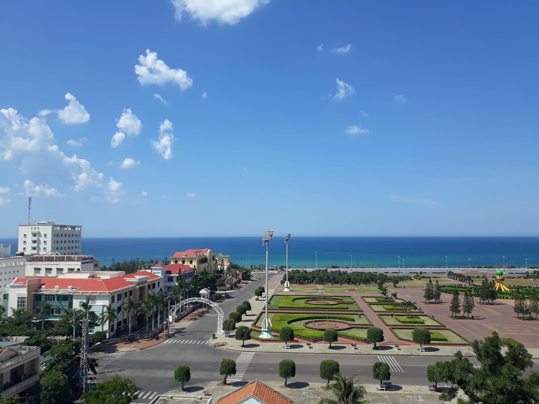 View biển và quảng trường tại Aries Hotel, khách sạn giá rẻ Phú Yên