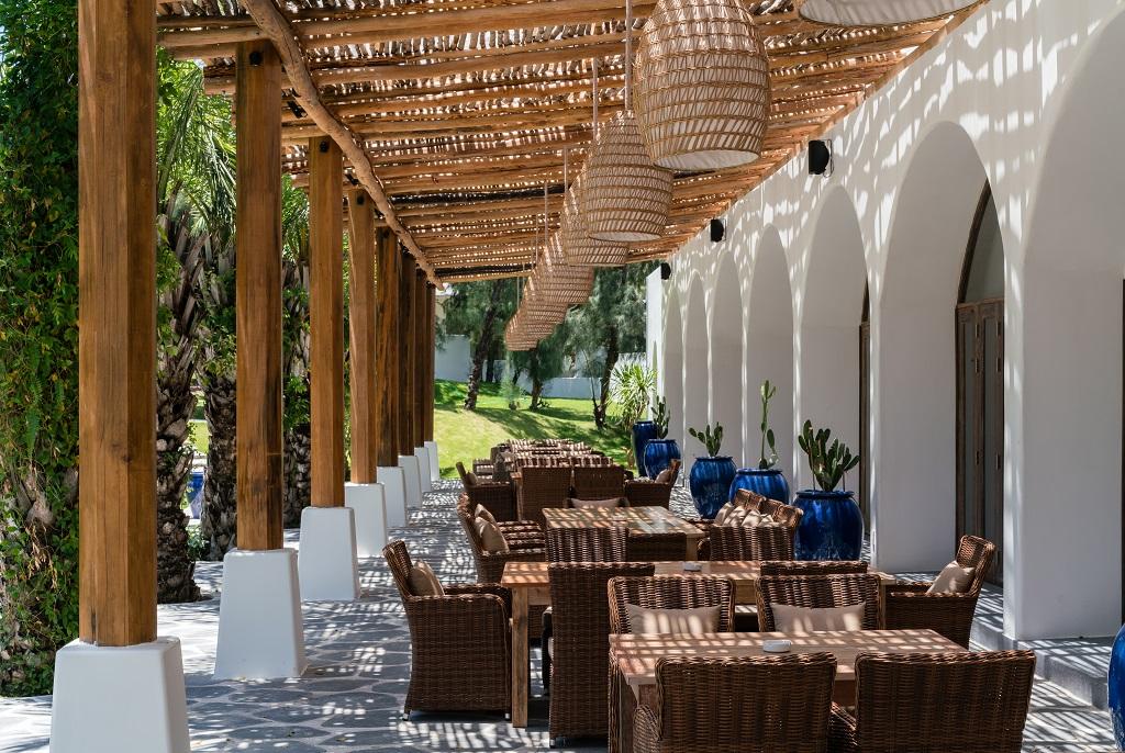 Nắng ấm chiếu vào qua trần nhà tại nhà hàng Aroma Phú Yên