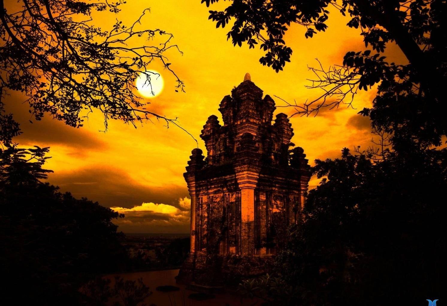 Ngoài việc ghé chơi tại các quán pub ở Tuy Hòa, du khách có thể leo Tháp Nhạn ngắm trăng