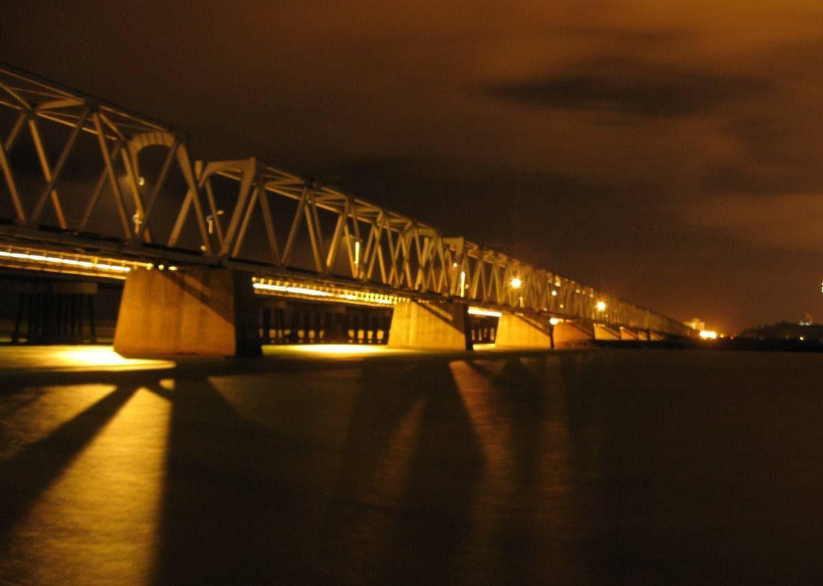 Hoặc trước khi đến các quán pub tại Tuy Hòa, du khách đi dạo trước ở cầu Đà Rằng
