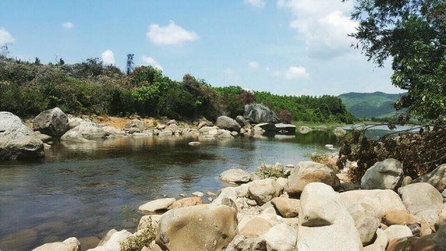 Đường đi thác Vực Phun với nhiều mỏm đá cheo leo